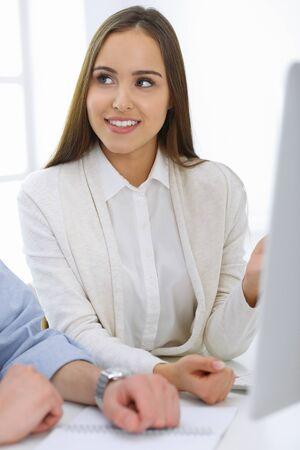 Geschäftsfrau und -mann, die mit Computer im Büro sitzen und arbeiten. Kollegen besprechen etwas beim Treffen. Corporate Teamwork und Partnerschaftskonzepte