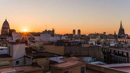 barcelone: lever de soleil sur les maisons de barcelona avec vue sur la cathédrale