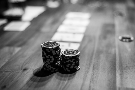 hombres de negro: disparo de enfoque selectivo de fichas de póquer y jugar a las cartas