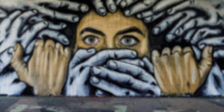 personas en la calle: Arte callejero en el sitio Teufelsberg en Berl�n- borrosa a prop�sito utilizando un filtro de Gauss en Photoshop Editorial