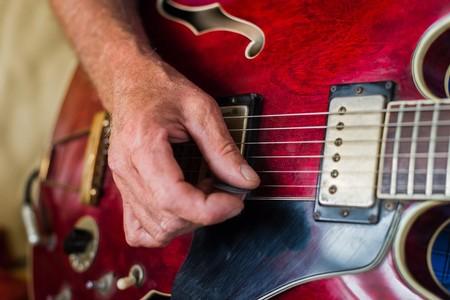 gitara: zbliżenie ktoś gra na gitarze