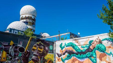 suspenso: BERLÍN, Alemania Julio 06, 2015: El arte callejero en Berlín en el Teufelsberg