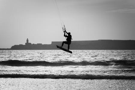 papalote: silueta de una persona que practica surf de la cometa en la playa