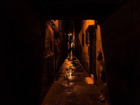 suspenso: dos siluetas caminando en una calle estrecha en Marrakech - Suspense exposición lowkey emocionante