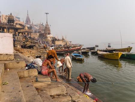 personas banandose: varanasi, India - Circa January 2016 - people bathing at the burning ghat