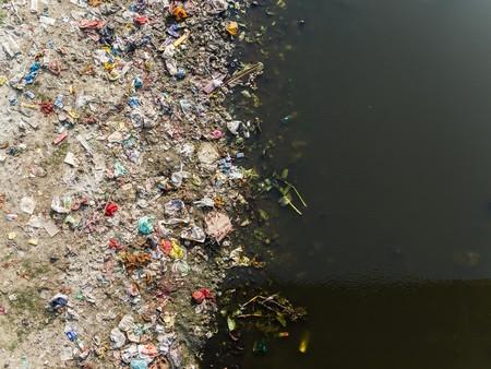 orillas de los ríos contaminados