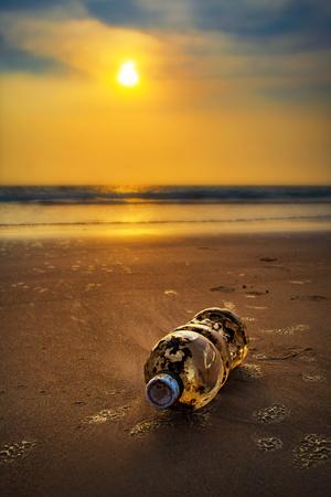 Plastic fles op zee
