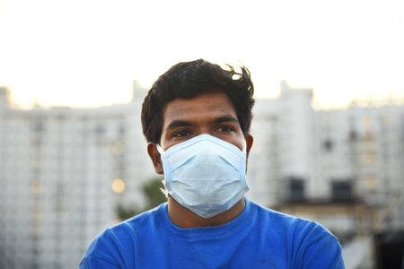 Bengaluru,Karnataka,India -01-04-2020 : Masked man looking out with a hope 新聞圖片