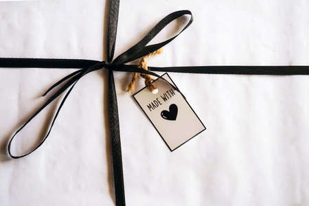 gift box with tag on wooden background 免版税图像