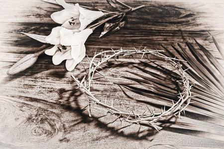 Una tonalità seppia immagine in bianco e nero raffiguranti icone religiose cristiane relative a Pasqua - il ramo di palma, la corona di spine, e il giglio bianco. Processo per un look vintage invecchiato. Archivio Fotografico - 27209342