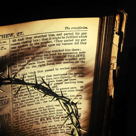 bible ouverte: La Couronne d'épines jette des ombres sombres sur une bible de famille du 19ème siècle antique ouvert à Saint-Matthieu relatant l'cruxifiction du Christ. Transformé pour un look vintage âgée.
