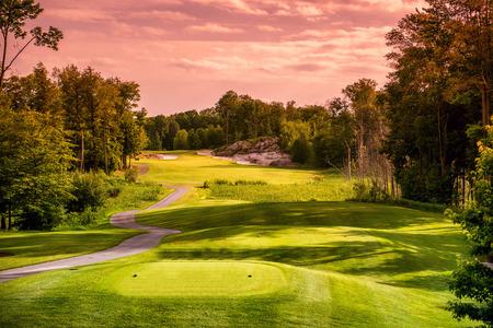 Landschap van een lege golfbaan dicht bij zonsondergang of zonsopgang