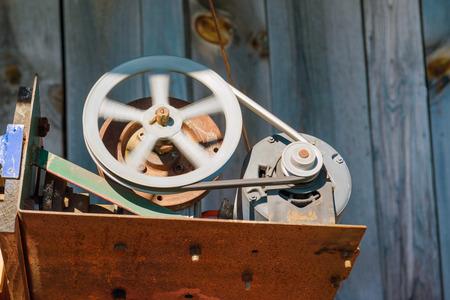 poleas: Un volante de inercia girar impulsado por un motor eléctrico y la correa Foto de archivo