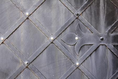 puertas de hierro: Fragmento de puertas de metal de edad. Foto de archivo