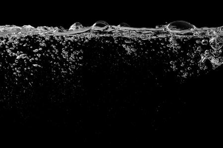 aire puro: Aguas de superficie en un negro con la ondulaci�n y burbujas