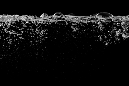 Clear water surface on a black with ripple and bubbles Banque d'images