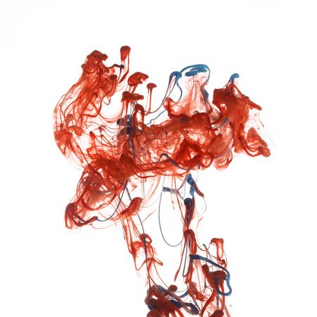 color in: Tinta de color rojo y azul de la pintura abstracta patrón en agua líquida