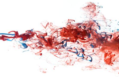 splash de agua: Tinta de color rojo y azul de la pintura abstracta patrón en agua líquida