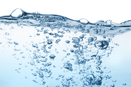 Klare Wasseroberfläche mit Kräuselung und Blase