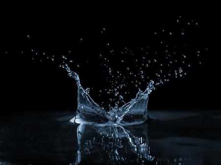 Heldere, mooie splash met druppels op het wateroppervlak Stockfoto