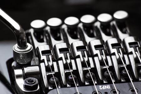 tremolo: Electric guitar parts, tremolo and tuners