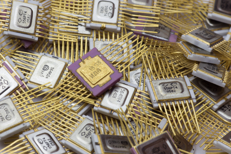 l�gica: Vintage military goldplated logic microchip