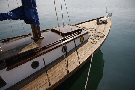 yachts: dettaglio di prua in legno di barca a vela
