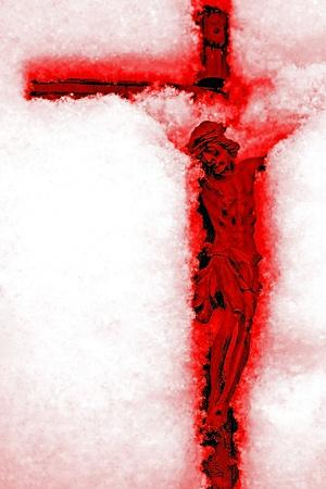 crucified: Revelaci�n - crucifijo rojo sangre en la nieve Foto de archivo