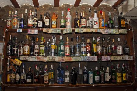 bares: Prateleira com muitas bebidas alco�licas por tr�s da barra