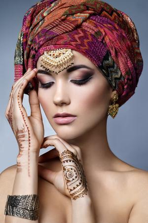 オリエンタル アクセサリー-イヤリング、ブレスレット、リングとの美しいファッション東の女性の肖像画。ヘナタトゥーと美しさの宝石インドの少女。完璧なメイクとヒンドゥー教のモデル。インド。アジア