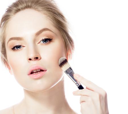 mujer maquillandose: Maquillaje. Cosm�ticos. Base de maquillaje perfecto up.Applying Maquillaje