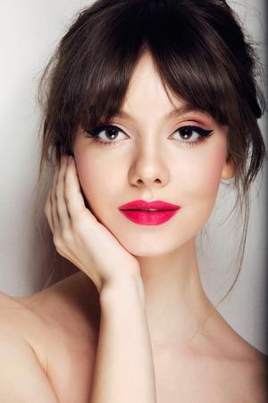 modelos desnudas: Cara de la mujer con el movimiento del cabello en el fondo aislado cerca retrato.