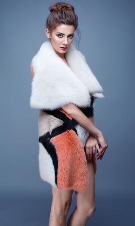 visone: Beauty Fashion Model Girl in visone pelliccia.