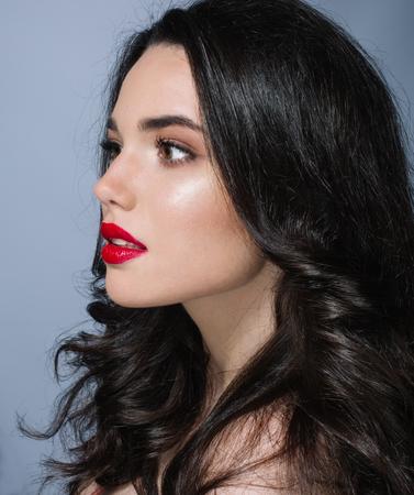 ojos azules: Hermosa joven modelo morena con labios rojos