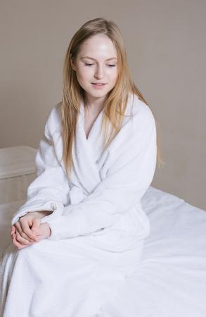 caras felices: Balneario de la mujer. Hermosa muchacha despu�s del ba�o la piel perfecta. Protecci�n de la piel. La piel joven, pelo rubio, mirada fresca Foto de archivo