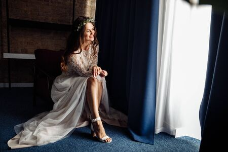 Perfect young bride wearing white shoes at the morning Banque d'images - 149580314