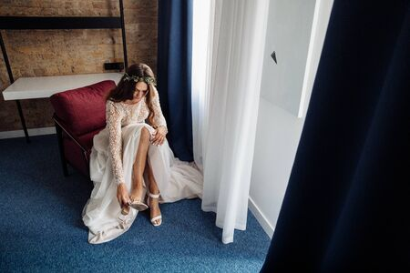 Perfect young bride wearing white shoes at the morning Banque d'images - 149580315