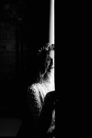 Black and white portrait of pretty bride near the window Banque d'images - 149580322