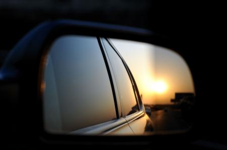retrovisor: La salida del sol, en la Bah�a de Bohai, China de mirror??at de vista posterior.