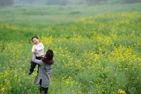 moeder en zoon bui ten in bloemen