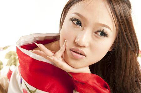 korean fashion: sexy mujer asi�tica en Kimono rojo Foto de archivo
