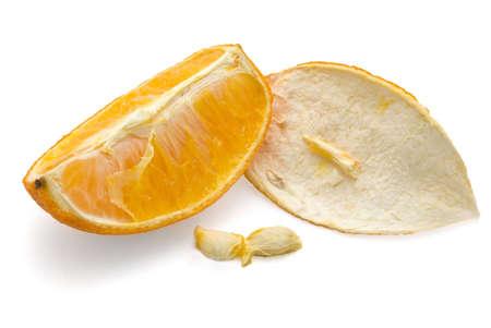 segmentar: Desecado segmento naranja con c�scara, blanco aisladas  Foto de archivo