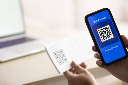 Using Smartphone Scanning QR Code for bill payment option Banque d'images