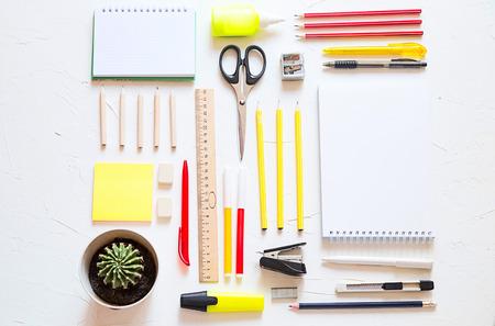 Schulsachen sind auf dem Tisch, bunt und mit Platz für einen Text. Standard-Bild - 82745180