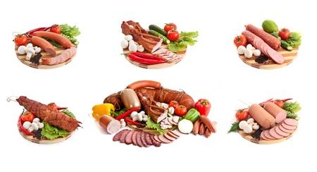 embutidos: salchichas en composici�n con verduras aislados en blanco
