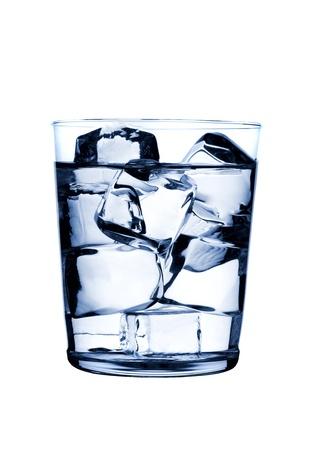 acqua vetro: vetro con cubetti di ghiaccio su sfondo lucido