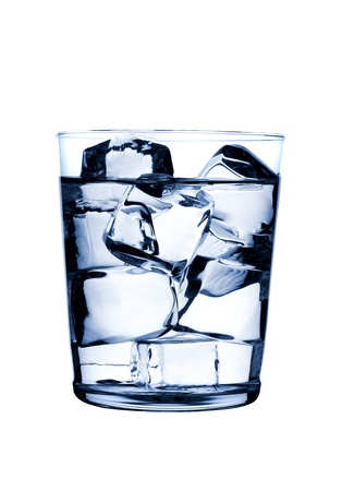 cubos de hielo: vidrio con cubos de hielo en el fondo brillante