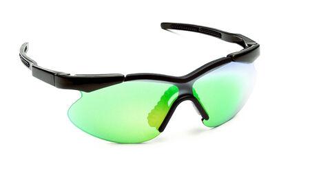 elementos de protección personal: Gafas de sol de plástico con vidrio verde aislado en blanco