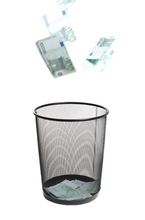dinero volando: vuelo del dinero a la basura Foto de archivo