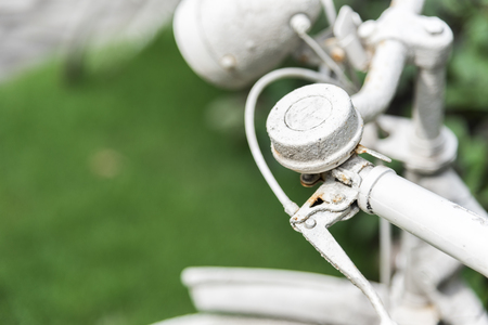 White bicycle in garden background. Vintage and nature concept. Close up and bike handle. Stockfoto